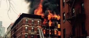 Bombeiros tentam apagar incêndio na Segunda Avenida, em NY - Foto: The New York Times