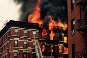 Prédio pega fogo e desaba em Manhattan
