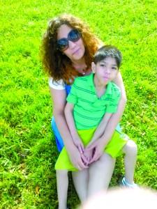 Evelynn Ferreira com o filho, David, que será transferido para o Jackson Memorial Hospital na tentativa de acabar com uma infecção.
