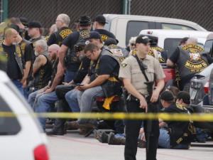 Policiais vigiam motociclistas detidos após tiroteio em Waco, no Texas, no dia 17. (Foto: Associated Press)