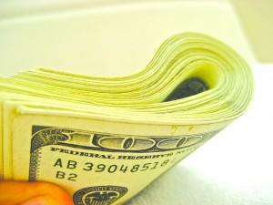 Dólar recua após atingir valor máximo em 12 anos
