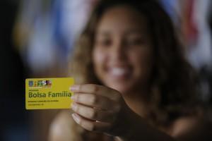 Relator quer cortar R$ 10 bi do Bolsa Família