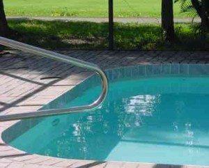 Médica diz que piscinas têm em média 1 a 3 oz de urina por pessoa