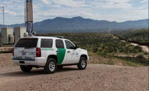 Coiotes abandonam menina de 2 anos na fronteira