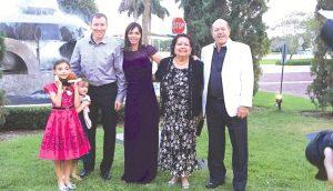Melissa com o esposo Christopher, as filhas Ellie e Juliette e o casal Valnei e Elizabete