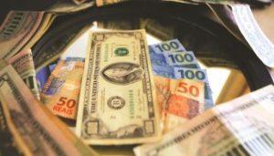 Com alta acumulada de 15%, dólar passa R$ 4,62 pela 1ª vez