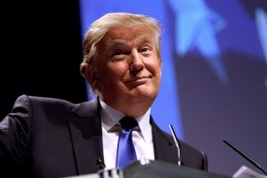 Trump doa salário, mas descarta pagar viagens a Mar-a-Lago
