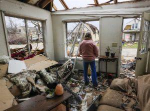 Tornados castigam os EUA, destroem casas e deixam três mortos