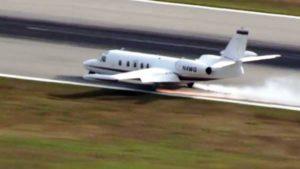 Avião pousa de emergência e sai da pista em Sarasota