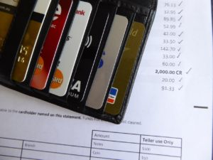 Finanças: Pagar dívidas ou economizar?