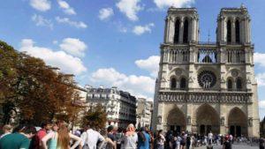 Agressor ataca policial com martelo e é baleado em Notre Dame, Paris