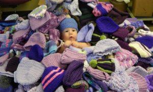 Campanha busca voluntários para tricotar gorros para bebês nos EUA