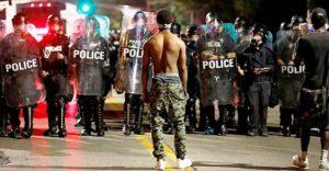 Mais de 80 são presos em protestos contra absolvição de policial que matou negro nos EUA