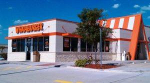 Rede de fast-food é processada por obrigar contratação somente de brancos