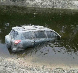 Canal esvaziado pelo Irma revela SUV com corpo desaparecido na FL