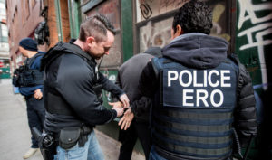 Mais de 450 imigrantes criminosos são detidos em operação do ICE
