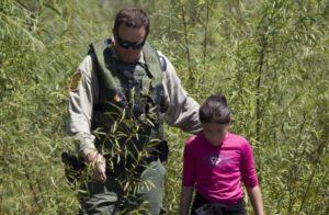 Diminui entrada de crianças desacompanhadas e famílias na fronteira EUA e México