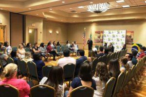 Pais de alunos da Stoneman Douglas se reúnem e recebem apoio psicológico gratuito
