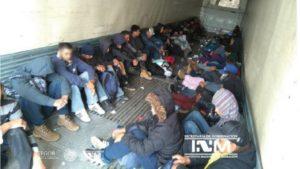 103 migrantes são encontrados em trailer abandonado perto da fronteira entre México e EUA