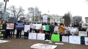 Estudantes se deitam em frente à Casa Branca em protesto