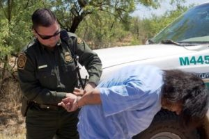 Vídeo de mulher sendo presa por agentes da fronteira em San Diego viraliza