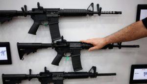 Senado da Flórida rejeita proibição de rifles esportivos e aceita armar professores