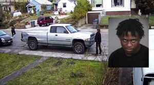 Câmera flagra luta entre mulher e ladrão que tenta levar carro com criança dentro nos EUA