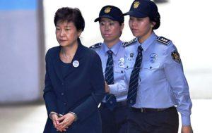 Coreia do Sul condena ex-presidente a 24 anos de prisão por corrupção