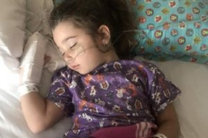 Menina de 4 anos quase morre após inalar água de piscina em Sarasota