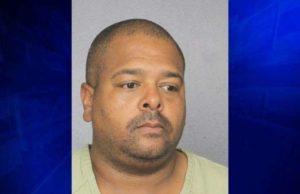 Professor da Stoneman Douglas é preso por deixar arma em banheiro público em Deerfield Beach