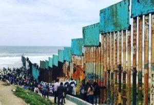 Caravana de imigrantes da América Central chega à fronteira México-EUA para pedir asilo