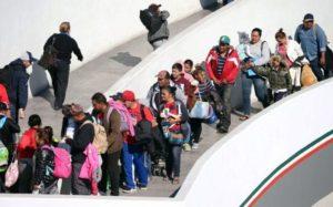 Imigrante de caravana na fronteira dos EUA acusa governo de discriminação
