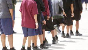 EUA: Crianças imigrantes alegam abusos em abrigos