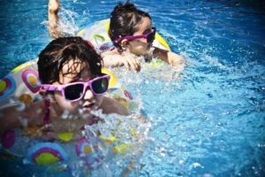 Verão: época de atenção redobrada com as crianças em piscinas e carros