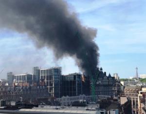 Hotel de luxo de 12 andares pega fogo em Londres
