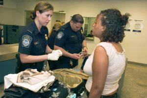 EUA: Brasileiros têm entrada barrada em aeroporto e passam noite em prisão