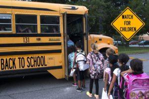 Volta às aulas: você conhece as leis da Flórida sobre ultrapassar ônibus escolares?