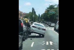 """Viralizou: briga de trânsito quase termina com homem """"esmagado"""" em NY"""