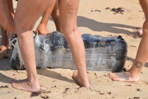 Dezenas de pacotes de maconha aparecem em praias da Flórida