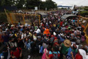 Caravana de migrantes, agora com 5 mil pessoas, avança em direção aos EUA