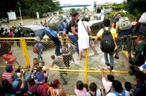 Imigrantes hondurenhos furam bloqueio e entram no México