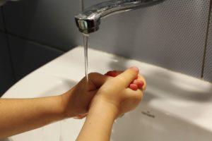 Álcool gel evita mais doenças em crianças do que água e sabão, aponta estudo
