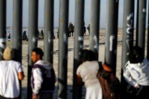 México estima 10 mil imigrantes de caravana na fronteira com os EUA