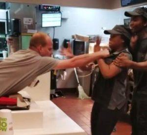 Homem agride funcionária por falta de canudo de plástico em McDonald's da FL