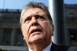 Ex-presidente do Peru morre ao atirar contra si antes de ser preso