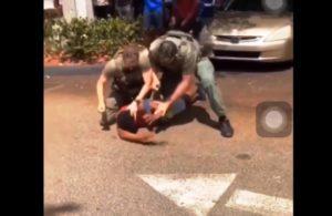 Agressão de policiais a jovem na saída da escola em Broward viraliza; comunidade pede providência