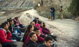 Grupo com 30 brasileiros é detido por milícia na fronteira ao tentar entrar nos EUA