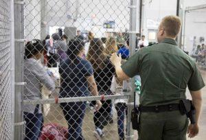 Broward e Palm Beach receberão imigrantes detidos na fronteira sul dos EUA