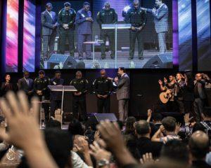 Xerife de Broward visita igreja brasileira e reforça laços com a comunidade