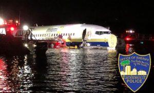 Avião com 143 pessoas desliza em pista e vai parar dentro de rio em Jacksonville (FL)